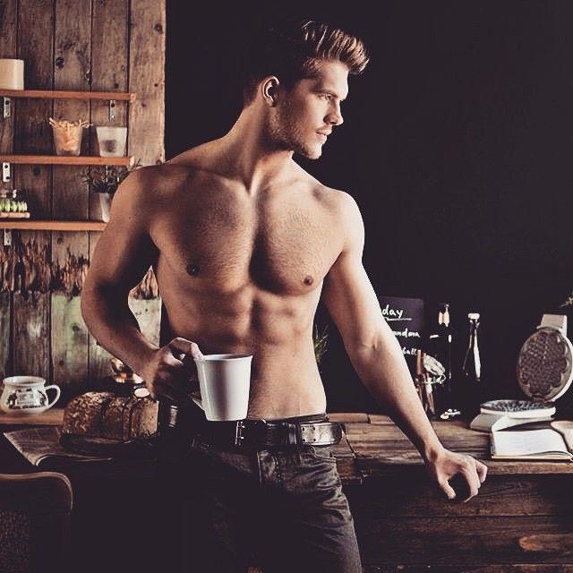 Секси момче с чаша кафе