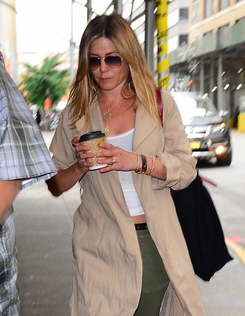 Ultra_sexy_Jennifer_Aniston_drinking_coffee